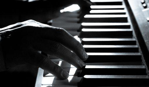 svarthvitt bilde av piano